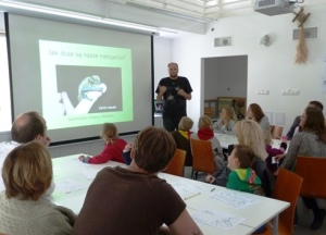 Uczestnicy spotkania słuchają pana Marka Kowalskiego opowiadającego o nietoperzach. fot. Anna Sikora